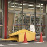 【愛知】70歳女性「アクセルを踏み過ぎた」 乗用車がレンタルビデオ店に突っ込む けが人は無し