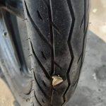 【画像ネタ】【画像】変なの踏んでタイヤがおシャカになった