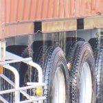 【ニュース】【マリカー】トレーラーから大量の食用油。約6kmにわたって散布し、スリップ事故も発生。