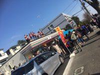 田舎のセブンイレブンのオープン記念に店員が乞食たちに何かふるまって大盛況に!!!【見る】
